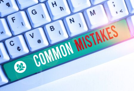 Writing note showing Common Mistakes. Business concept for actions that are often used interchangeably with error White pc keyboard with note paper above the white background Stockfoto
