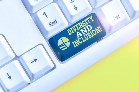 Schreiben Hinweis mit Vielfalt und Inklusion. Das Geschäftskonzept für den Bereichsunterschied umfasst die ethnische Zugehörigkeit des Geschlechts Weiße PC-Tastatur mit Notizpapier über dem weißen Hintergrund Standard-Bild