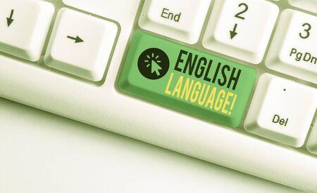 L'écriture de texte Word Langue anglaise. Photo d'entreprise présentant la troisième langue maternelle parlée dans le monde après le clavier PC blanc chinois et espagnol avec du papier vide au-dessus de l'espace de copie de la clé de fond blanc