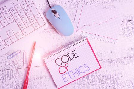 Pisanie notki przedstawiającej Kodeks Etyki. Koncepcja biznesowa dla podstawowego przewodnika dotyczącego postępowania zawodowego i nakładania obowiązków Biurko drewniane urządzenia biurowe sprzęt komputerowy wykresy gniazdo papieru