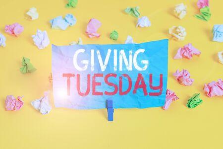 Escritura a mano conceptual mostrando dar martes. Concepto Significado día internacional de donaciones caritativas activismo Hashtag papel arrugado de color recordatorio vacío piso blanco pinza para la ropa