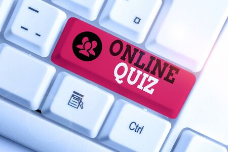 Handwriting text Online Quiz. Conceptual photo game or a mind sport that are published on the Internet White pc keyboard with empty note paper above white background key copy space 스톡 콘텐츠