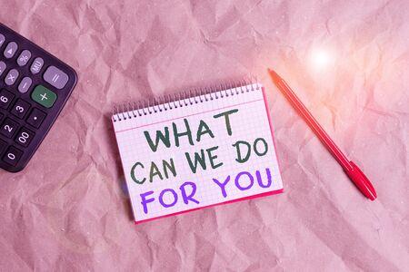 Woord schrijven tekst wat kunnen we voor u doen. Zakelijke foto die laat zien dat we tot uw dienst staan Bereid om te helpen Een gunst doen of Papercraft ambachtelijk papier bureau vierkante spiraal notebook kantoor studiebenodigdheden