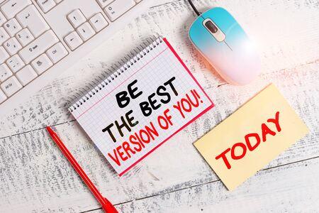 L'écriture de texte Word Soyez la meilleure version de vous. Photo d'entreprise présentant va s'éloigner d'où commencent à améliorer les équipements d'écriture et les trucs informatiques placés au-dessus d'une table en bois classique