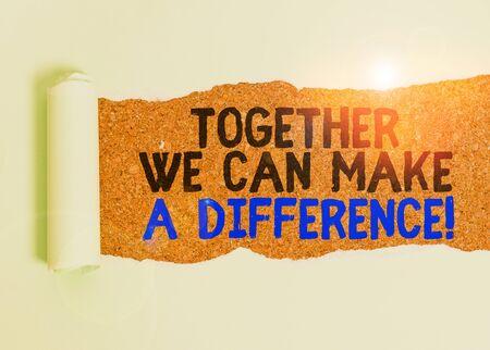 Escribir nota que muestra que juntos podemos hacer la diferencia. Concepto de negocio para ser muy importante de alguna manera como equipo o grupo Cartón que se rasga colocado encima de una mesa clásica de madera