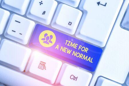 Handschrift Text schreiben Zeit für eine neue Normalität. Konzeptionelles Foto Machen Sie eine große dramatische Veränderung Ersetzen Sie die erwartete weiße PC-Tastatur durch leeres Notizpapier über dem weißen Hintergrund-Tastenkopierraum