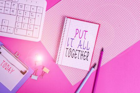 Konzeptionelle Handschrift zeigt alles zusammen. Begriff Sinne Join kollektiv Unified Integrated Linked Merge Writing Equipments und Computer Zeug auf schlichten Tisch gelegt? Standard-Bild