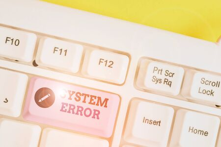 Writing note showing System Error. Business concept for instruction that is not recognized by an operating system White pc keyboard with note paper above the white background Stockfoto