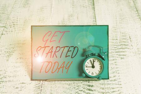 Escritura a mano conceptual mostrando Get Started Today. Concepto Significado hagámoslo No lo dudes ahora o nunca Ponte en marcha Sin demora Despertador inclinado sobre el cable de protección delante del papel de carta Foto de archivo