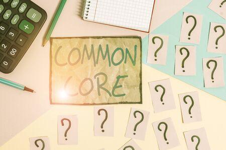 Schreiben Hinweis mit Common Core. Geschäftskonzept für eine Reihe von akademischen Standards in Mathematik und englischer Sprache Mathematik und Schreibgeräte über Pastellfarben Hintergrund