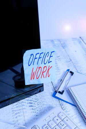 显示办公室工作的概念性手写。概念意味着组织的文书或行政工作,纸张贴在键盘附近的黑屏上