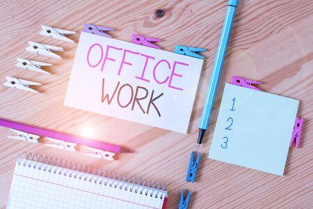 写作办公室工作的写作笔记。任何职员或行政工作的企业概念组织的色的晒衣夹纸空提示木地板背景办公室