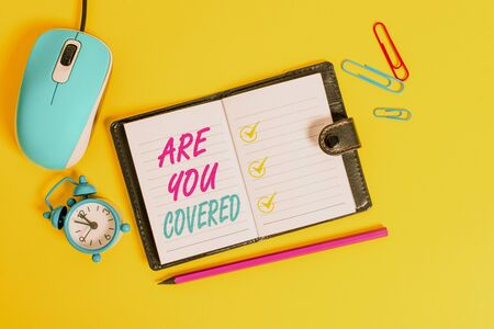 Wort schreiben Text sind Sie abgedeckt. Geschäftsfoto mit der Frage, wie Medikamente von Ihrem Plan abgedeckt werden Gesperrte Tagebuchblätter Clips Marker Maus Wecker farbigen Hintergrund