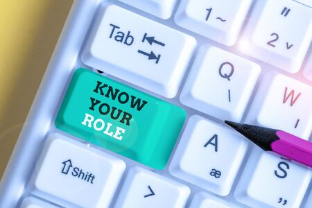 Handwriting text Know Your Role. Conceptual photo end acting outside who you actually are Play your position White pc keyboard with empty note paper above white background key copy space Standard-Bild
