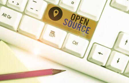 Wort schreiben Text Open Source. Geschäftsfoto, das Software zeigt, deren Original-Quellcode kostenlos ist Weiße PC-Tastatur mit leerem Notizpapier über weißem Hintergrund-Tastenkopierraum