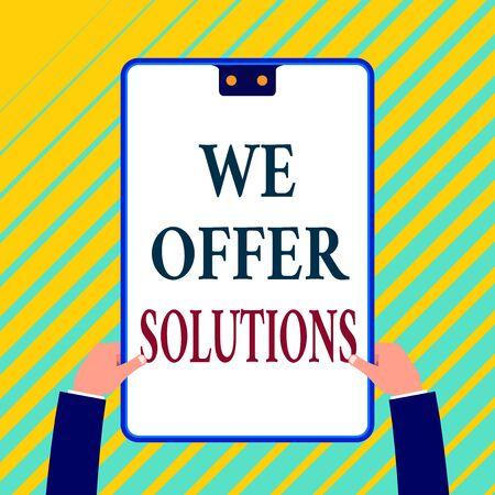 Escribir nota que muestra que ofrecemos soluciones. Concepto de negocio para ofrecer ayuda, asistencia, expertos, consejos, estrategias, ideas, portapapeles de rectángulo blanco con marco azul, tiene dos orificios que se sostienen con las manos