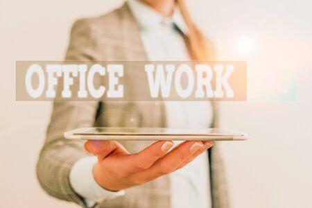 写作办公室工作的写作笔记。任何文书或行政工作的企业概念组织企业概念的与手机和女商人