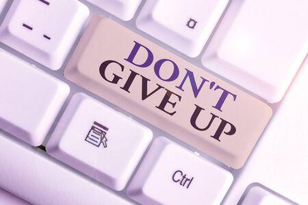 Texte de l'écriture n'abandonnez pas. Photo conceptuelle déterminé à persévérer continuer à croire en vous
