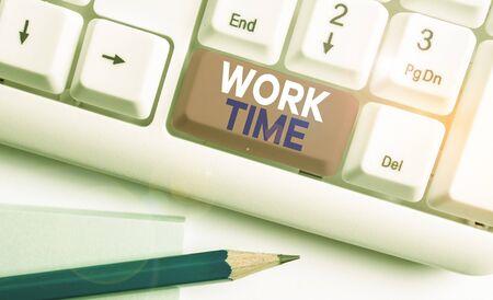 书写文字写作工作时间。概念照片时期开始时,临时工人在一个工作场所使用白色的电脑键盘和空白的便条纸上面的白色背景键复制空间