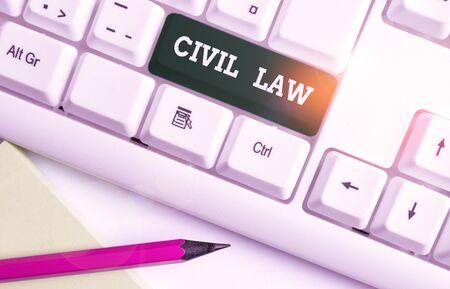Écrit remarque montrant le droit civil. Concept d'entreprise pour le droit concerné par les relations privées entre les membres de la communauté Clavier pc blanc avec papier au-dessus du fond blanc