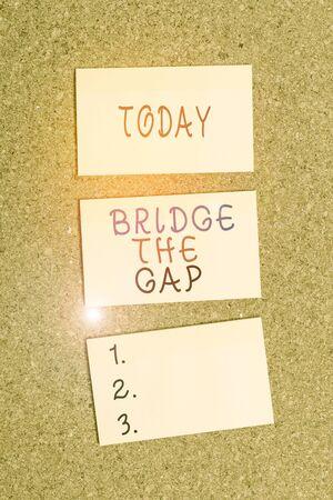Signo de texto mostrando Bridge The Gap. Exhibición fotográfica de negocios Supere los obstáculos Desafío Coraje Empoderamiento Vertical pegatina vacía recordatorio memo cuadrado cartelera papel de escritorio de corcho
