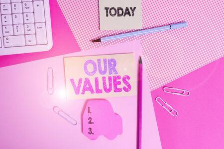 Schreiben Hinweis mit unseren Werten. Geschäftskonzept für Dinge, von denen Sie glauben, dass sie wichtig sind, wie Sie leben und arbeiten