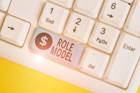 Escribir nota que muestra el modelo a seguir. Concepto de negocio para una demostración considerada por otros como un ejemplo para ser imitado Teclado de pc blanco con papel de nota sobre el fondo blanco.