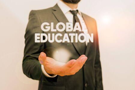 La main conceptuel montrant l'éducation globale. Sens Concept idées enseignées pour améliorer la perception du monde est l'homme mâle avec barbe porter des vêtements de travail formel à la main Banque d'images