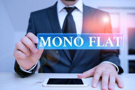 Konzeptionelle Handschrift mit Mono Flat. Begriff Sinne Stroke Line Icons für Business Services und Lösung für Kunden Männliche Menschen tragen formelle Kleidung vorhanden mit Hitech Smartphone