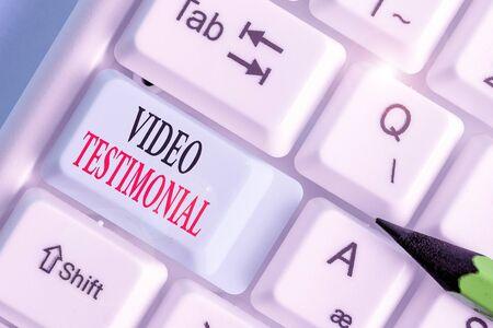 Schreiben Hinweis mit Video Testimonial. Geschäftskonzept für eine Aussage über erhaltene Leistungen im Video
