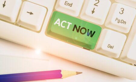 Writing note showing Act Now. Business concept for do not hesitate and start working or doing stuff right away Stockfoto