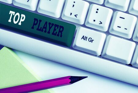Conceptual hand writing showing Top Player. Concept meaning being best in sports game like football or electronic ones White pc keyboard with note paper above the white background Banque d'images - 134800256