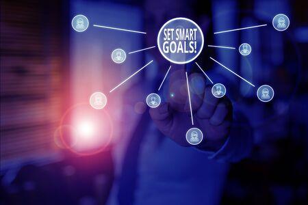La main conceptuel montrant Définir des objectifs intelligents. Liste de signification du concept pour clarifier vos idées concentrer les efforts utiliser le temps à bon escient Femme porter un costume présentant une présentation à l'aide d'un appareil intelligent
