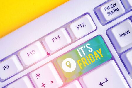Text sign showing It S Friday. Business photo text Last day of the working week Before Saturday or weekends White pc keyboard with empty note paper above white background key copy space Banco de Imagens