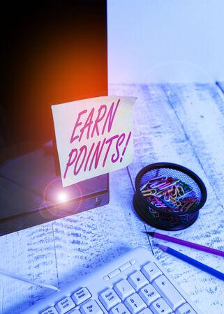 Text sign showing Earn Points. Business photo text collecting scores in order qualify to win big prize Note paper taped to black computer screen near keyboard and stationary Stockfoto