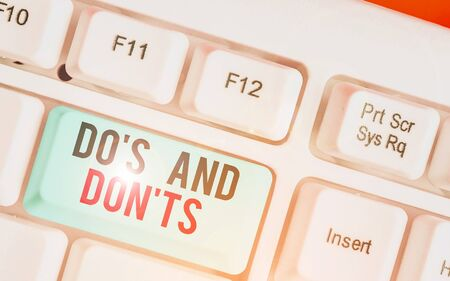 Escribir nota mostrando Do S y Don Ts. Concepto de negocio para la complicación tecnológica de tomar una decisión