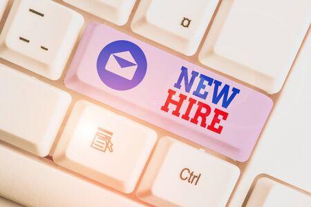 Escritura de texto Word New Hire. Fotografía de negocios que muestra a alguien que no ha sido empleado anteriormente por la organización. Foto de archivo