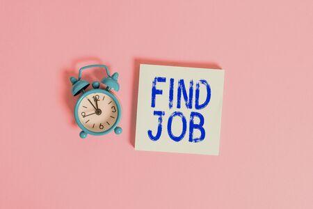 Schreibnotiz mit Jobsuche. Geschäftskonzept für einen Akt der Demonstration, um Arbeit zu finden oder zu suchen, die für seinen Beruf geeignet ist