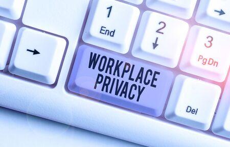Escribir nota que muestra la privacidad en el lugar de trabajo. Concepto de negocio para la protección de los derechos de privacidad individual en el lugar de trabajo