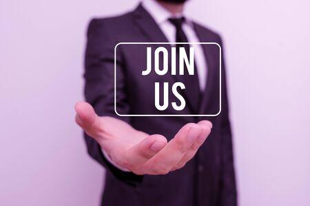 Schreiben Hinweis mit Join Us. Geschäftskonzept für Registrieren in Community-Team oder Blog Melden Sie sich bei Social Media an Männlicher Mensch mit Bart trägt formelle Arbeitskleidung Hand