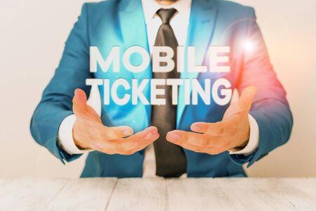 Konzeptionelle Handschrift zeigt Mobile Ticketing. Konzept bedeutet, dass Tickets als Textnachricht mit einem speziellen Barcode ankommen Der Mann hält leeres Papier mit Kopierraum vor ihm Platz