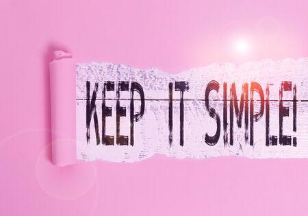 Texte de l'écriture Keep It Simple. Photo conceptuelle demander quelque chose de facile à comprendre, ne pas entrer dans trop de détails Carton déchiré au milieu placé au-dessus d'une table classique en bois