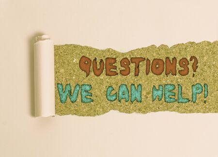Preguntas de texto de escritura a mano que podemos ayudar. Foto conceptual que ofrece ayuda a aquellos que quieran saber Cartón que se rasga en el medio colocado encima de una mesa clásica de madera Foto de archivo