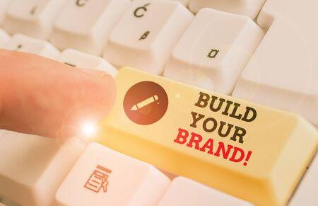 Texte de l'écriture Construisez votre marque. La photo conceptuelle crée ou améliore les connaissances et les opinions des clients sur le produit