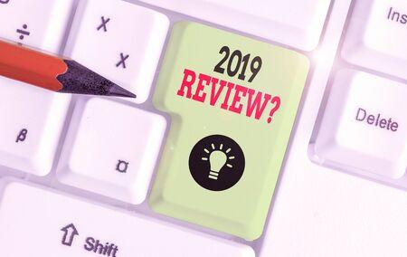 Textschild mit der Überprüfungsfrage 2019. Geschäftsfoto, das sich an die wichtigsten Aktionen des vergangenen Jahres oder gute Shows erinnert Standard-Bild