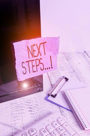 Escribir nota que muestra los siguientes pasos. Concepto de negocio para algo que haces después de haber terminado de hacer primero una nota de papel pegada a la pantalla negra de la computadora cerca del teclado y estacionaria