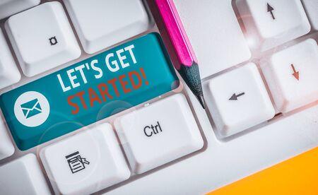 Pisanie notatki pokazującej Let S Get Started. Koncepcja biznesowa zachęcająca kogoś do robienia czegoś Biała klawiatura komputerowa z papierem firmowym nad białym tłem