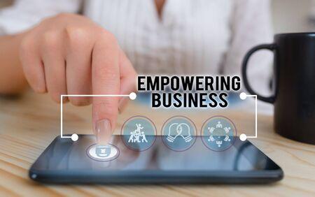 La main conceptuel montrant l'autonomisation des entreprises. Sens Concept créer un environnement qui favorise la croissance de l'entreprise