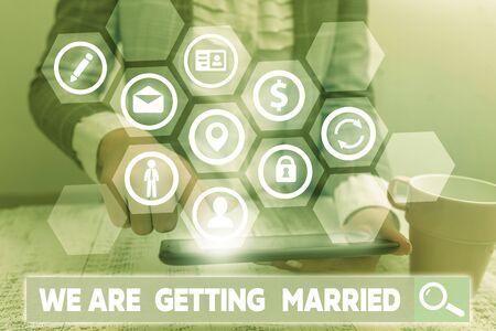 Escritura a mano conceptual mostrando que nos vamos a casar. Concepto Significado compromiso boda preparación pareja amorosa