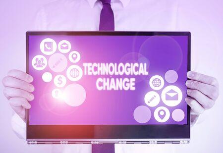 Escribir nota que muestra el cambio tecnológico. Concepto de negocio para aumentar la eficiencia de un producto o proceso. Foto de archivo